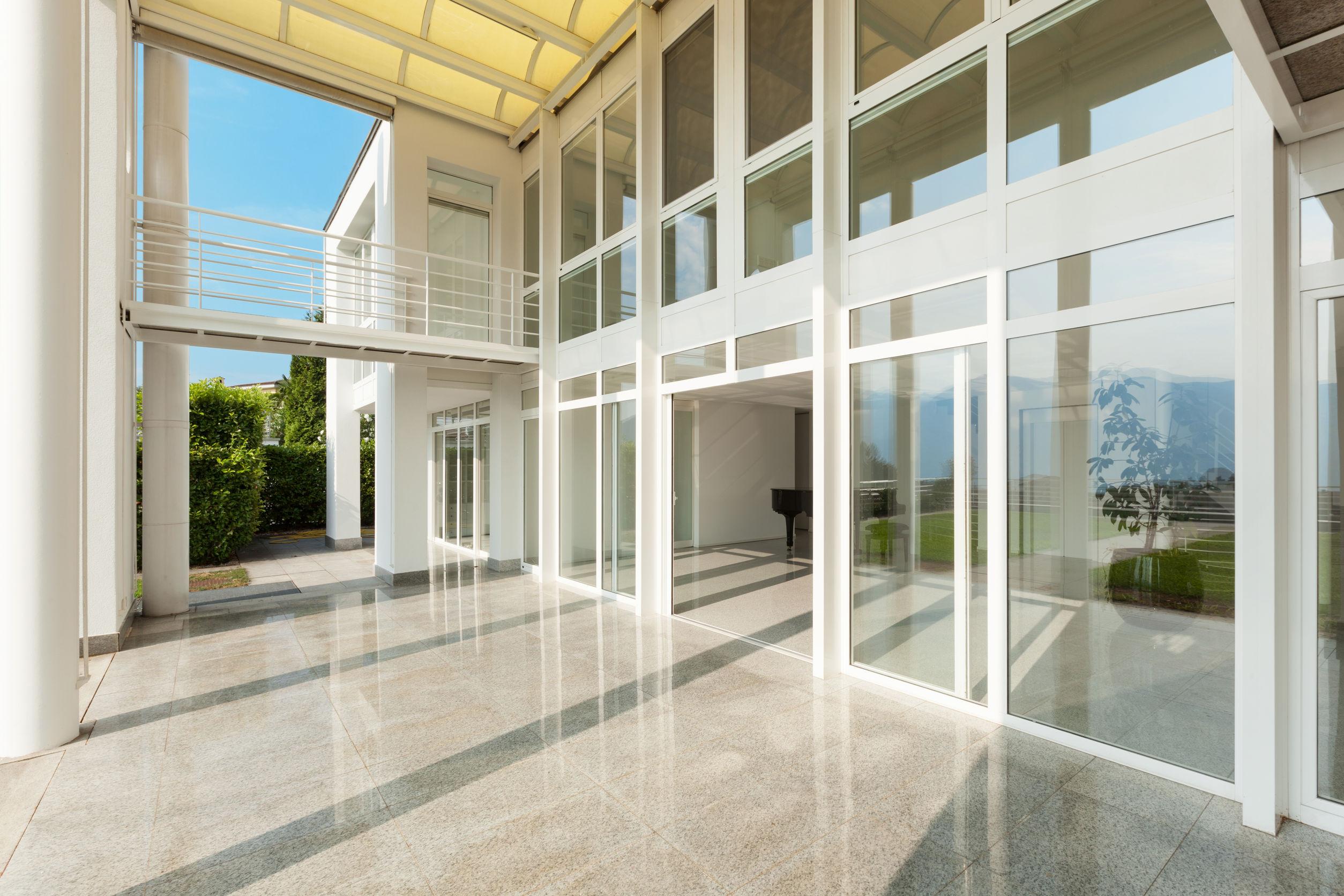 Mytí a čištění těžko přístupných oken, střešních oken a skleněných fasád s firmou