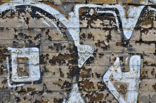 """Nebojte se, že by graffiti mělo být na vašem domě na vždy. Víme, jak na něj. """"Čištění graffiti Praha"""""""